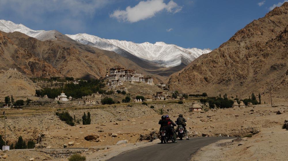 Voyage à moto en Inde Himalaya - Monastère de likir en Royal Enfield au Ladakh