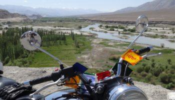Royal Enfield dans la vallée de la Nubra, Inde, Himalaya, Ladakh en moto
