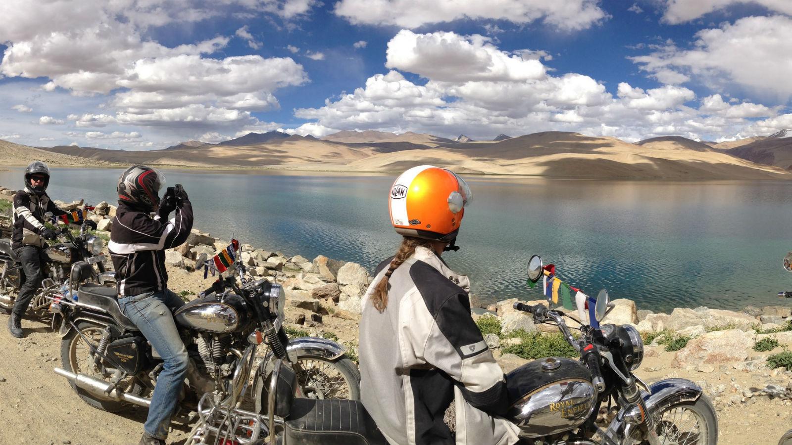 Lac Tsomoriri en Royal Enfield – Voyage moto en Inde Himalaya au Ladakh