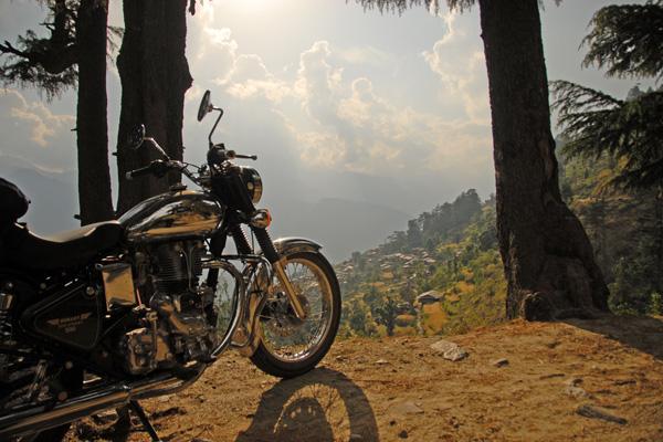 Royal Enfield dans la vallée de Kulu - Voyage à moto Transhimalayenne et Ladakh, Inde, Himalaya