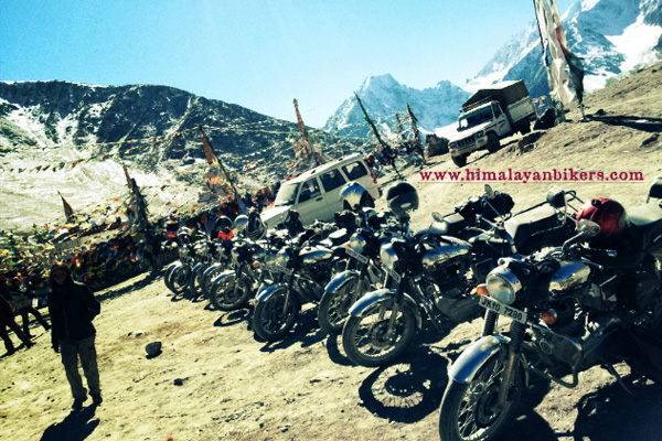 Royal Enfield au col du Kumzum La au Spiti - Voyage moto du Kinnaur au Spiti, Himachal pradesh, Inde, Himalaya