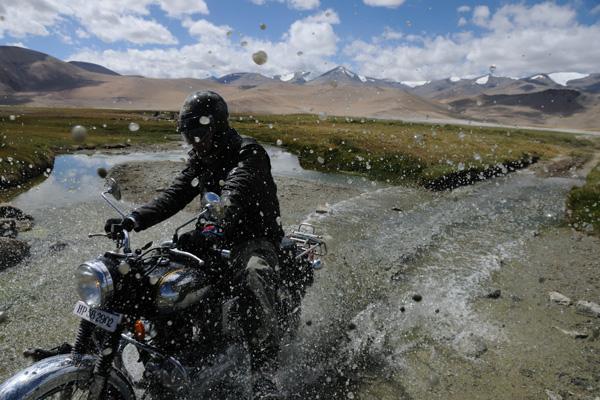 Royal Enfield au Lac Tsokar - Voyage à moto Transhimalayenne et Ladakh, Inde, Himalaya