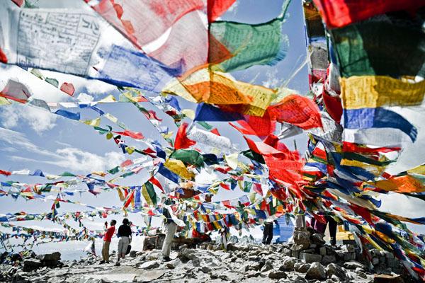 Drapeaux à prières au Kardung La - Royal Enfield dans la vallée de la Nubra - Voyage moto au coeur du Ladakh, Inde, Himalaya