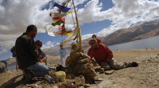 Cérémonie bouddhiste et drapeau à prière au lac Tsomoriri - Voyage à moto Transhimalayenne et Ladakh, Inde, Himalaya