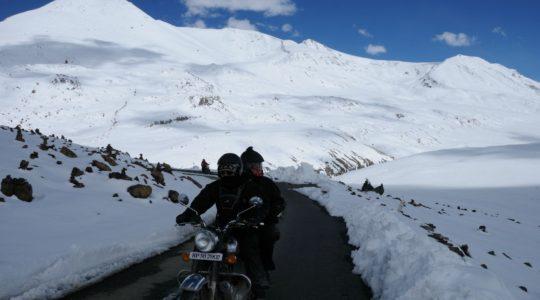 Col de Baralacha La en Royal Enifeld sur la route de Manali à Leh - Voyage à moto Transhimalayenne et Ladakh, Inde, Himalaya