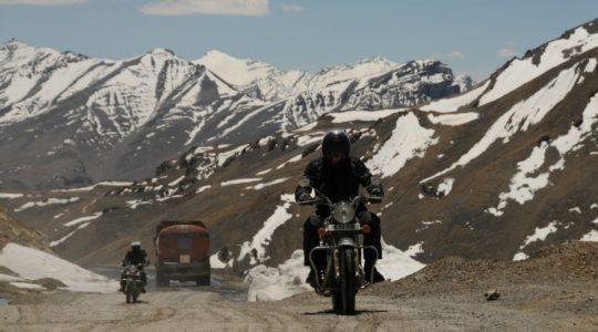 Royal Enfield sur la route de Manali à Leh au col de Lachunglung La - Voyage à moto Transhimalayenne et Ladakh, Inde, Himalaya