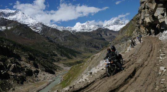 Royal Enfield dans la vallée du Lahaul sur la route de Manali à Leh - Voyage à moto Transhimalayenne et Ladakh, Inde, Himalaya