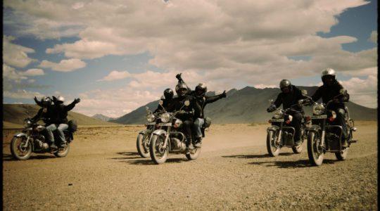 Groupe de motards sur la route Manali Leh - Voyage à moto Transhimalayenne et Ladakh, Inde, Himalaya
