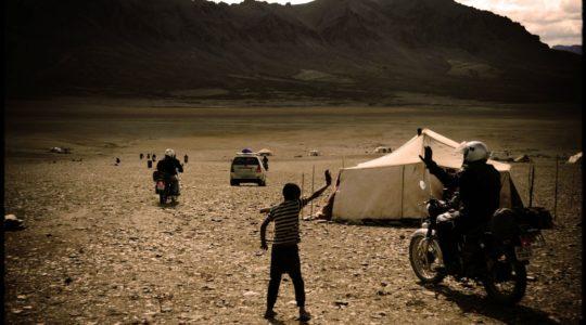Royal Enfield au camp de nomade sur le moray plain - Voyage à moto Transhimalayenne et Ladakh, Inde, Himalaya