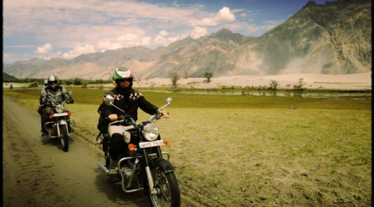Royal Enfield dans la vallée de la Nubra - Voyage à moto Transhimalayenne et Ladakh, Inde, Himalaya