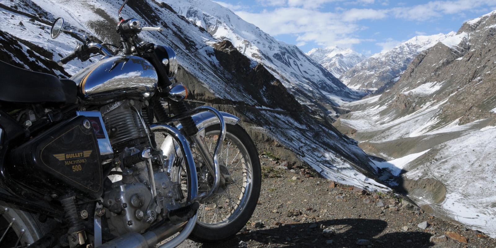 Moto Royal Enfield sur la route Manali Leh - Voyage moto Inde Himalaya