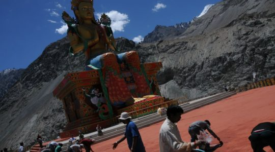 Bouddha Maitreya au monastère de Diskit dans la vallée de la Nubra - Voyage à moto Transhimalayenne et Ladakh, Inde, Himalaya