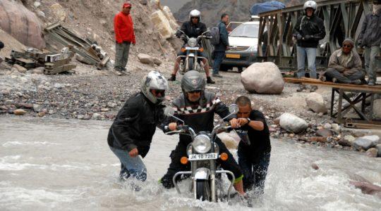Passage de guet sur la route Manali Leh en Royal Enfield - Voyage à moto Transhimalayenne et Ladakh, Inde, Himalaya