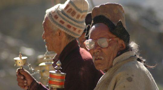 Villageois de Lamayuru avec leur moulin à prière - Voyage à moto Transhimalayenne et Ladakh, Inde, Himalaya