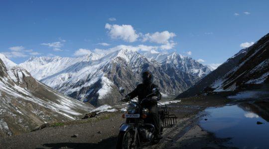 Royal Enfield sur la route Manali Leh - Voyage à moto Transhimalayenne et Ladakh, Inde, Himalaya