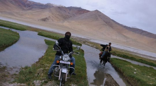 Royal Enfield et nomade à cheval au Lac Tsokar - Voyage à moto Transhimalayenne et Ladakh, Inde, Himalaya