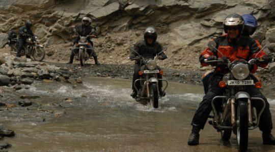 Passage de guet en Royal Enfield sur la route de Manali à Leh - Voyage à moto Transhimalayenne et Ladakh, Inde, Himalaya