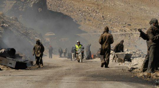 Royal Enfield et travailleurs de la route de Manali a Leh - Voyage à moto Transhimalayenne et Ladakh, Inde, Himalaya