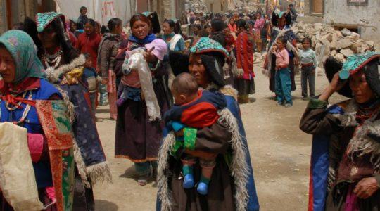 Ladakhi en habit traditionnel au village de Korzok au Ladakh - Voyage en moto Royal Enfield en Inde Himalaya