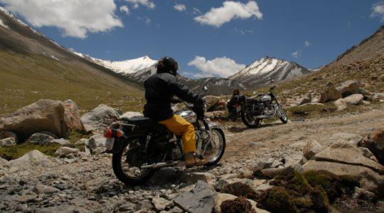 Voyage à moto en Inde Himalaya sur la Transhimaleyenne et Ladakh au col du Warila en royal Enfield