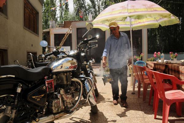 Guesthouse à Leh, bénédiction des motos avant le départ - Voyage à moto Transhimalayenne et Ladakh, Inde, Himalaya