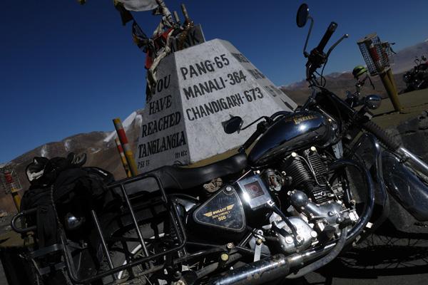 Royal Enfield au col du Tanglang La sur la route Manali - Leh - Voyage moto au coeur du Ladakh, Inde, Himalaya