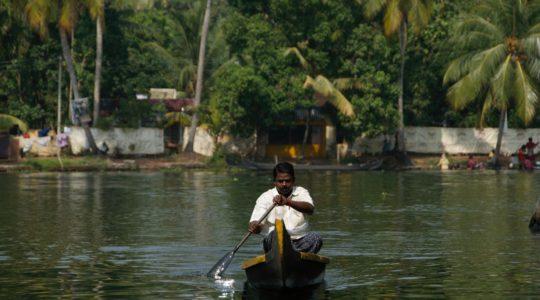road-trip-moto-voyage-inde-sud-royal-enfield-kerala-karnataka-tamil-nadu-bateau-cannaux