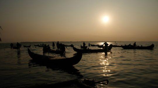road-trip-moto-voyage-inde-sud-royal-enfield-kerala-karnataka-tamil-nadu-bateau-peche