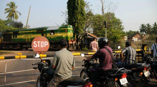 road-trip-moto-voyage-inde-sud-royal-enfield-kerala-karnataka-tamil-nadu-passage-niveau-train