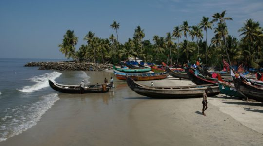 road-trip-moto-voyage-inde-sud-royal-enfield-kerala-karnataka-tamil-nadu-plage-bateau-peche